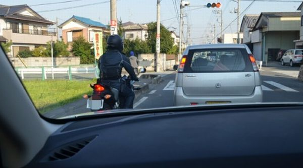 GPS追跡機で車を尾行する方法